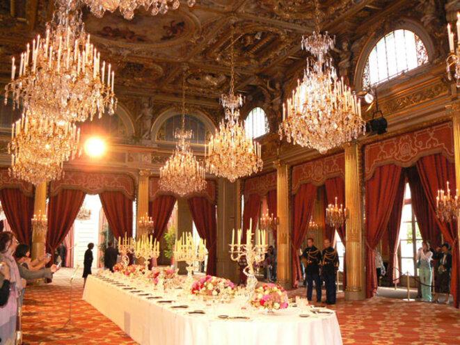 Sous Macron, les conseillers ministériels sont moins nombreux mais mieux payés