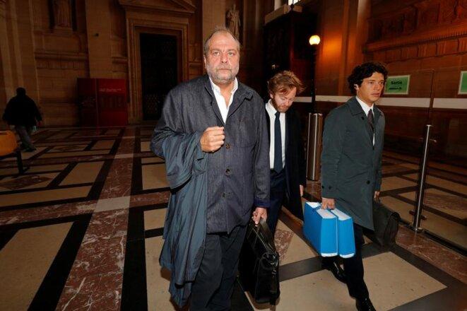Éric Dupond-Moretti et ses deux collaborateurs, Antoine Vey (tête baissée) et Archibald Celeyron, le premier jour du procès Merah. © REUTERS/Philippe Wojazer
