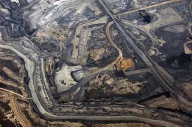 Mine de sables bitumineux de Syncrude, au nord de Fort McMurray, en Alberta, au Canada (Reuters, Todd Korol).