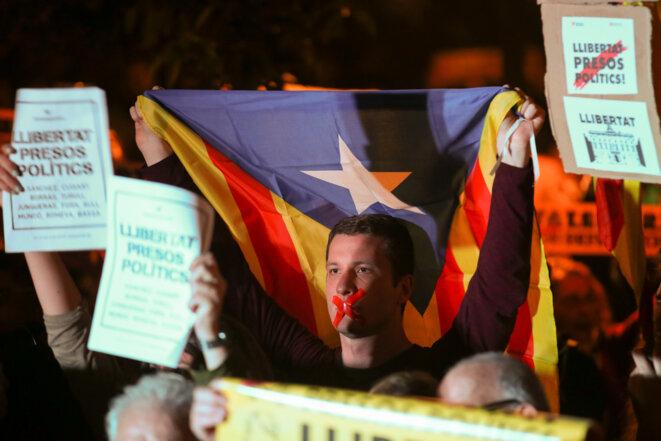 Rassemblement en faveur des membres du gouvernement catalan destitué après qu'un juge espagnol a ordonné que les anciens dirigeants catalans soient placés en détention provisoire © Reuters