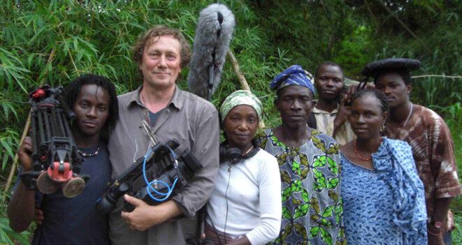 Pierre Guicheney et son équipe au bord de la rivière Osun (Nigéria) lors du tournage de  « Osun Osogbo, la forêt et l'art sacrés des Yorubas ». © François de la Pattelière, 2008