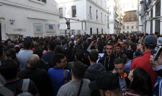 Centre Culturel Français à Alger : foule de jeunes étudiants attendant de passer le test de langue