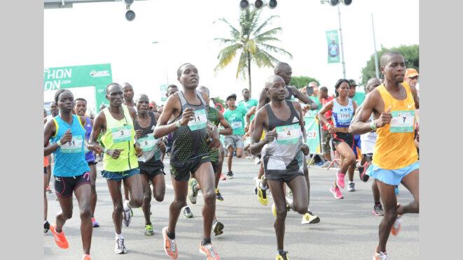 Image -Les coureurs lors du coup d'envoie du Marathon du Gabon sur le front de bord de mer ˆ Libreville