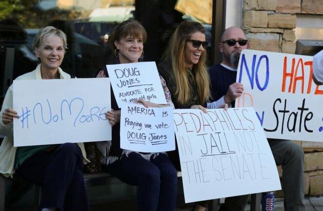 Des manifestants attendent le juge Roy Moore à la sortie d'un rassemblement de vétérans à Vestavia Hills (Alabama), le 11 novembre 2017. © Reuters
