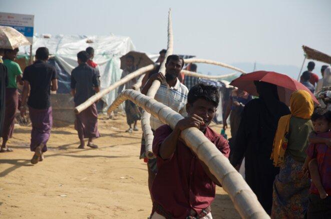 Très recherchés pour la construction des abris, les bambous de 10 mètres sont vendus 500 takas pièce (5,25 euros) © Guillaume Delacroix