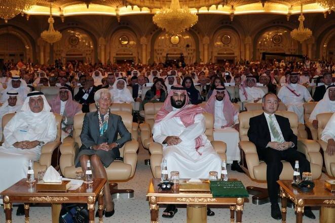 El príncipe Mohammed ben Salmane en primera fila durante la conferencia internacional dirigida a lanzar una metrópoli tecnológica en el noroeste del país, el 24 de octubre de 2017 en Riad. © Reuters