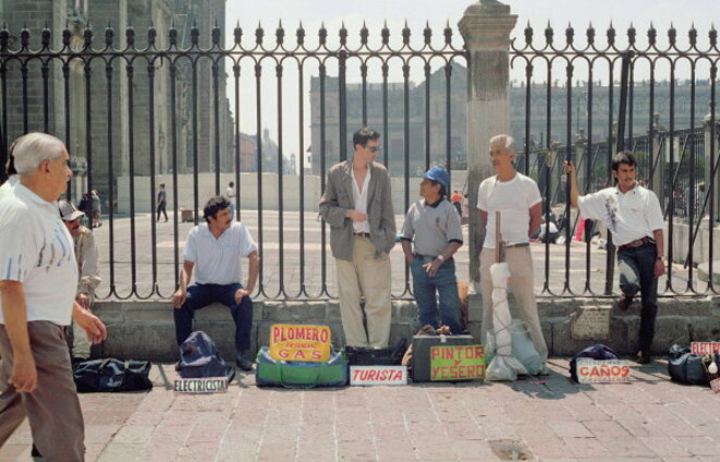 Francis Alÿs - Turista (1994) - Documentation photographique de la performance à Mexico City © Enrique Huerta - Courtesy of Francis Alÿs and David Zwirner, New York