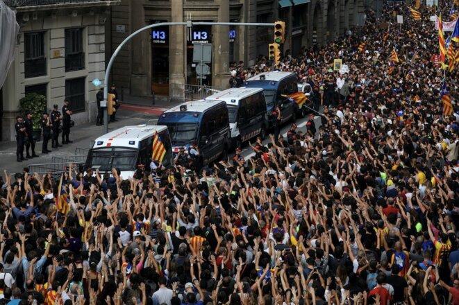 Manifestación frente a la sede de la Guardia Civil contra las violencias policiales del 1-O, el 3 de octubre de 2017 en Barcelona. © REUTERS/Susana Vera