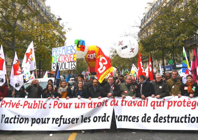 La banderole de tête de la manifestation parisienne, le 16 novembre. © D.I.