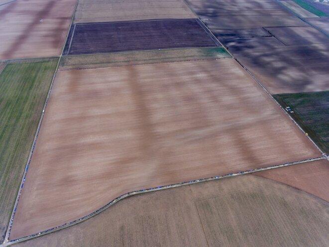 Vue aérienne de la chaine humaine autour de l'emprise prévue pour la réserve d'eau 18 ha © Alain Buchet