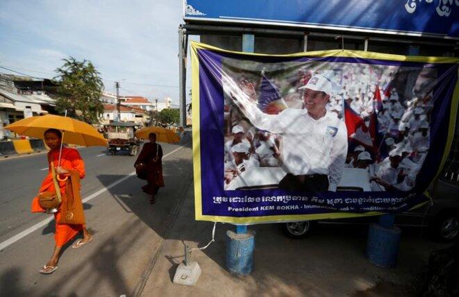 Le siège du CNRP affiche le visage de son leader, Kem Sokha, vendredi 17 novembre à Phnom Penh.
