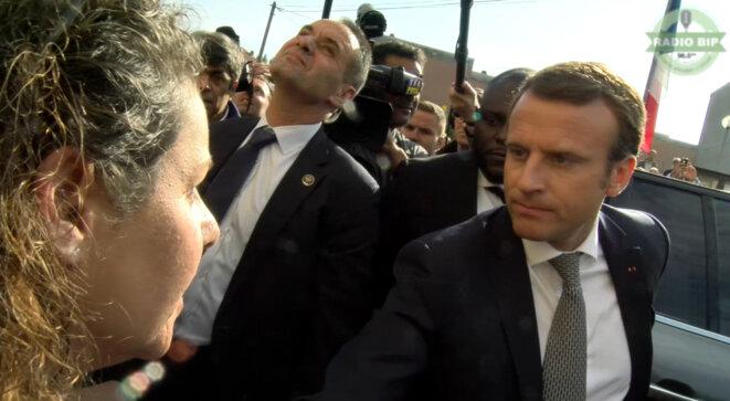 Emmanuel Macron reçoit la lettre du Collectif Mosellan de Lutte contre la Misère des mains d'une militante