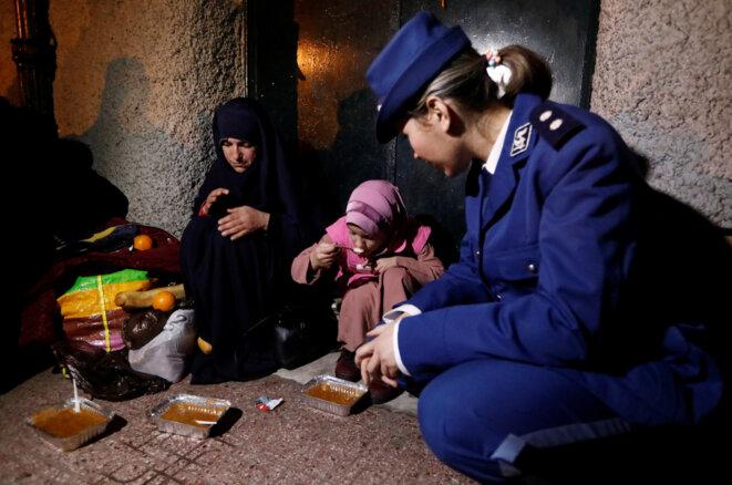 Distribution de nourriture à une famille sans abri, le 11 janvier 2017 à Alger © Reuters