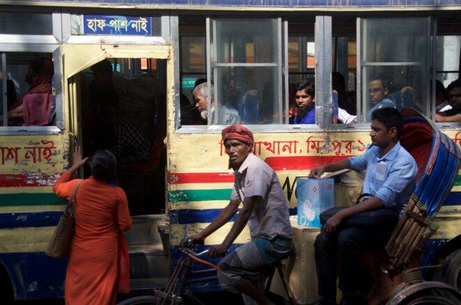 Un bus à Shahbag Square, ancien point de rendez-vous des manifestations à Dacca © Guillaume Delacroix