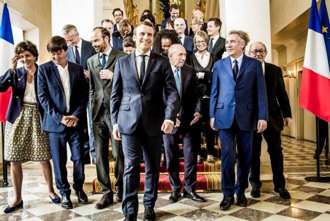 Premier gouvernement Philippe : mine réjouie de François Bayrou, qui sera démissionné peu après. Mains croisées, regard vers le sol : le ministre d'Etat Nicolas Hulot, qui fait rang avec Edouard Philippe et le ministre de l'intérieur, paraît un peu absent. © Droits réservés