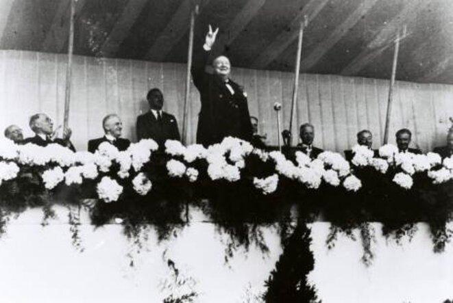 Sir Winston Churchill, au centre, accueilli en héros au Congrès du Mouvement européen de La Haye (1948). Son mot d'ordre aux Européens : UNISSEZ-VOUS ! © Médiathèque de la Fondation Jean Monnet pour l'Europe, Lausanne.