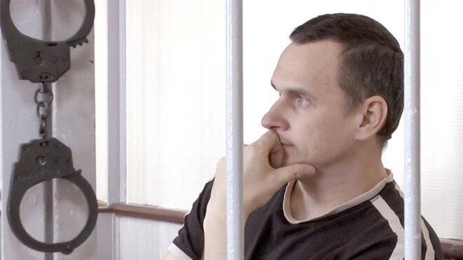 Le cinéaste Oleg Sentsov, encagé lors de son procès en 2015