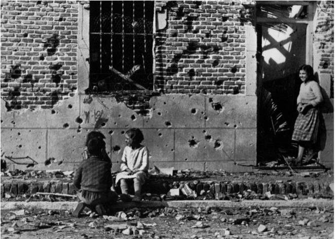 Photo de Robert Capa, enfants devant une maison d'Entrevías, novembre 1936. © Robert Capa