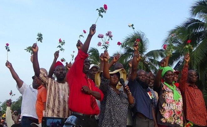 """""""Une rose pour chaque militaire togolais"""" : les leaders de la coalition adressent un signe de bienveillance à l'égard des forces armées togolaises le 17 novembre à Lomé"""