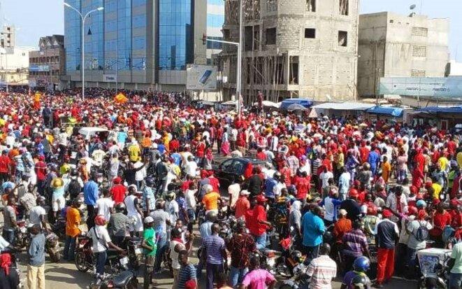 Une foule toujours aussi compacte sur le boulevard Deckon le 16 novembre