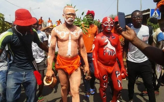 Des formes d'expression originales aux couleurs des partis de la coalition le 17 novembre à Lomé sur le boulevard Deckon