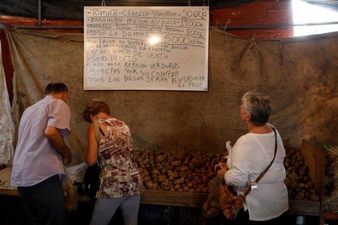 Sur un marché de Caracas, le 13 novembre 2017. L'inflation pourrait atteindre 1 000 % en 2017. © reuters