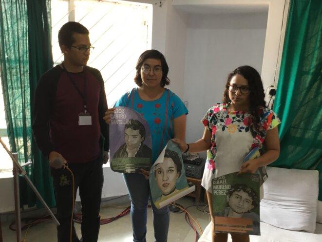 De gauche à droite, Aarón, Gabriela et Paulina brandissant les portraits de 3 étudiants disparus © Benjamin Joyeux