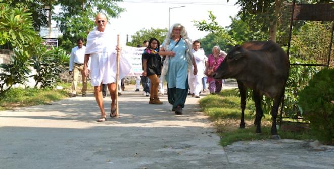 Bernie « Gandhi » Meyer marchant dans les rues de Wardha avec les autres conférenciers © Benjamin Joyeux