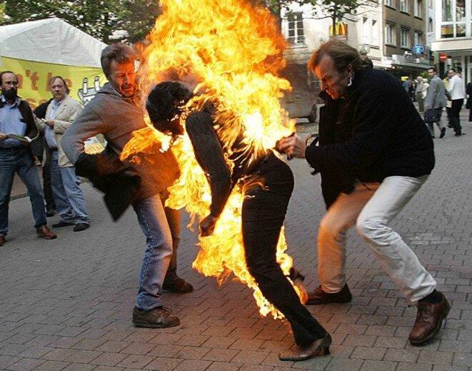 Une femme s'immole en raison de l'ostracisme et des violences administrative du Luxembourg