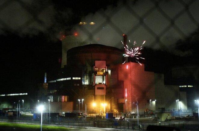 Des militant·e·s de Greenpeace tirent un feu d'artifice depuis la centrale nucléaire de Cattenom, le 12 octobre 2017 (Reuters/Vivien Fossez/Greenpeace).