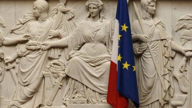Les drapeaux français et européen accolés dans l'hémicycle © Reuters