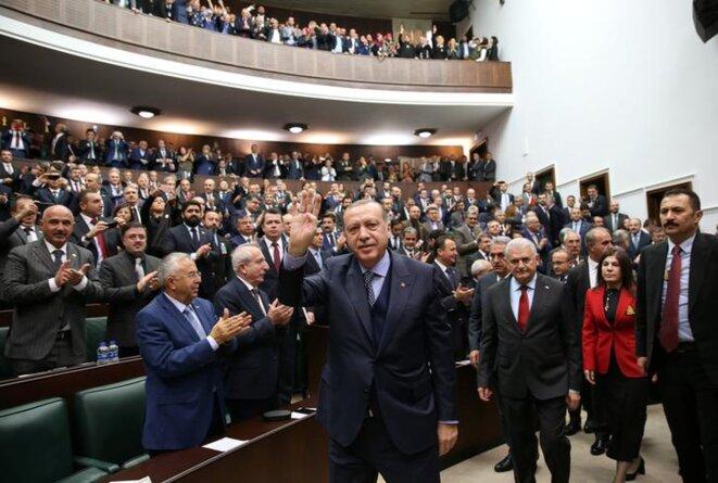 Recep Tayyip Erdogan salue les députés, mardi 28 novembre 2017 à Ankara. © Reuters