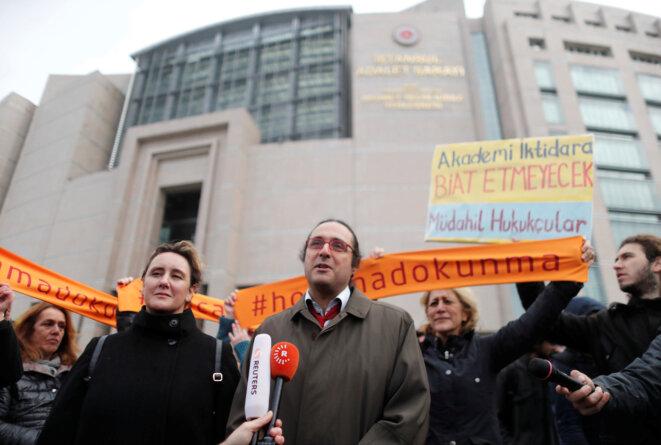 Olcay Kunal s'exprime devant le palais de justice d'Istanbul, mardi 5 décembre 2017, avant le début des audiences. © Reuters