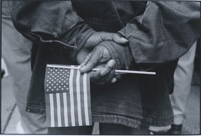 "Tom Arndt, ""Hands with flag, Chicago, 1990"", Galerie Les Douches, Paris © Tom Arndt"