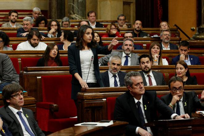 Inés Arrimadas, le 27 octobre 2017, lors d'un débat au parlement catalan, avec Carles Puigdemont au premier rang (à gauche) © Reuters / Albert Gea.