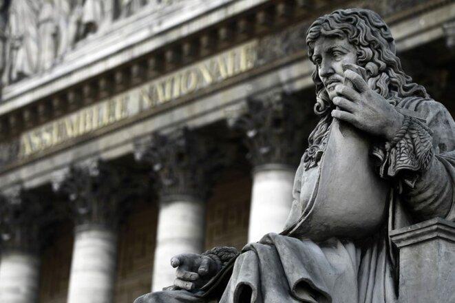 La statue de Jean-Baptiste Colbert, un des rédacteurs du Code Noir, face à l'Assemblée Nationale