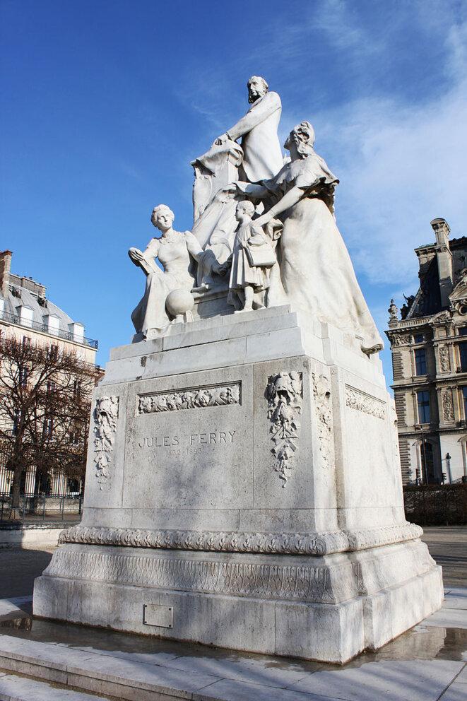 Statue de Jules Ferry, en compagnie de Marianne, aux jardins des Tuileries