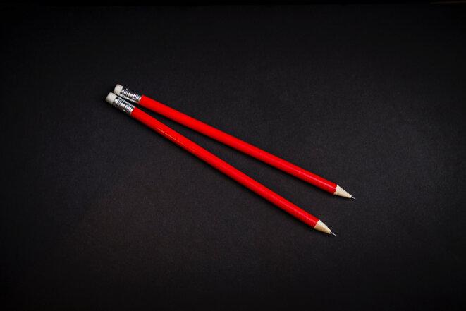 crayons-rouges-noir-papier