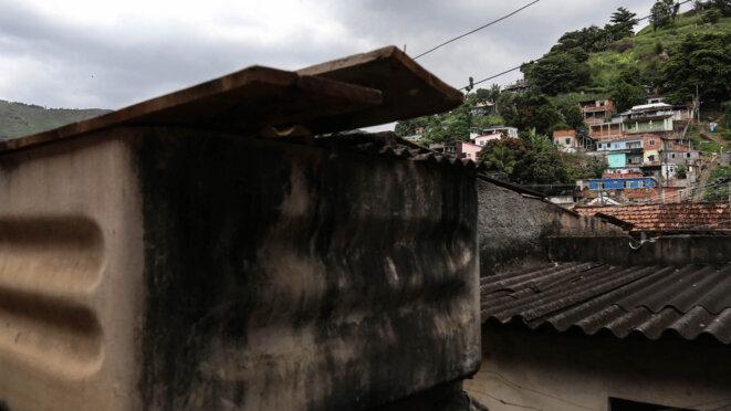 Une citerne et un toit à base d'amiante, dans une favela de Rio de Janeiro © J.-M. A.