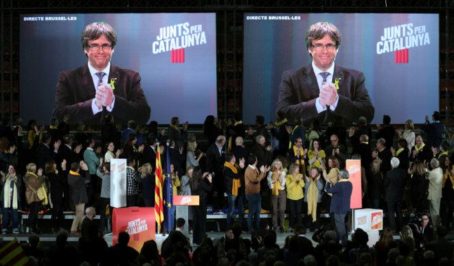 """Carles Puigdemont en vidéo-conférence, lors d'un meeting d'""""Ensemble pour la Catalogne"""", le 15 décembre à Barcelone © Reuters / Albert Gea."""