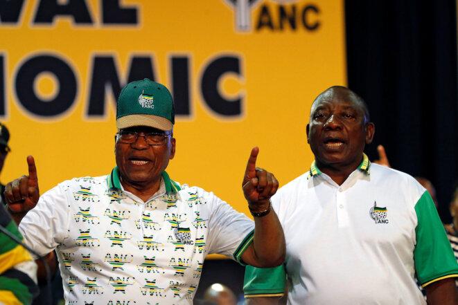 Jacob Zuma (avec la casquette) et son successeur Cyril Ramaphosa, célébrant la victoire de ce dernier lundi 18 décembre 2017. © Reuters
