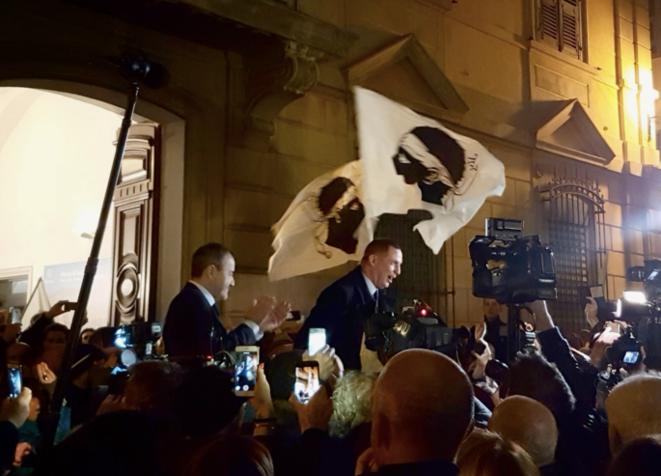 Jean-Guy Talamoni et Gilles Simeoni au soir de leur victoire, le 10 décembre. © Twitter/@Gilles_Simeoni