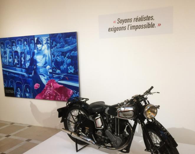 La « Poderosa II » chevauchée par Ernesto lors de son périple sud-américain du 29 décembre 1951 au 31 août 1952. En arrière-plan, une toile de Jacques Monory (né en 1924) au sujet de la Commune de Paris (« Spécial n° 7 »)