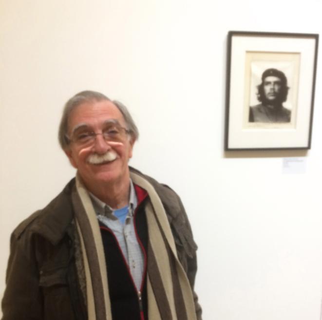 Juan Martin Guevara, né en 1943, devant le Che (1928-1967)