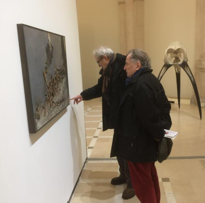 Régis Debray et Jean Cormier face à une œuvre de Paul Rebeyrolle (1926-2005) : « Gerillero Heroico »