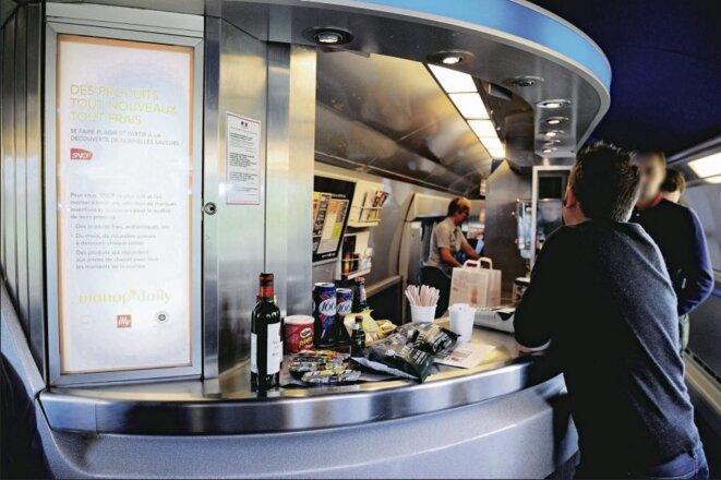 Un wagon-bar, dans un train SNCF © DR