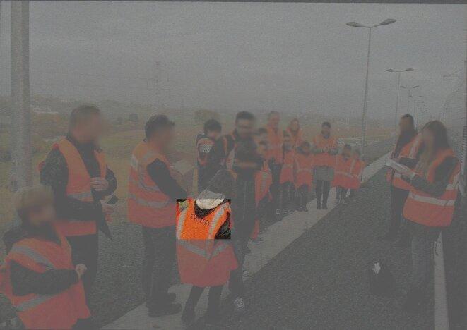 des groupes d'enfants participant aux essais ferroviaires sur la ligne à grande vitesse encore non-homologuée quelques jours avant le déraillement (LGV-Est Européenne 2ème phase d'homologation, octobre 2015)