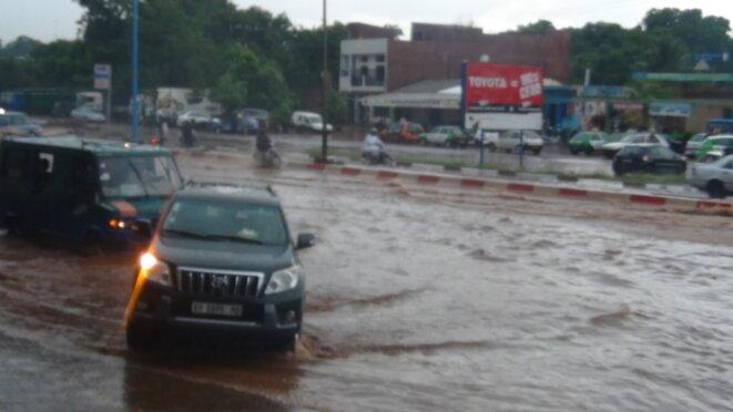 Photo prise à Bamako en juin 2017 pendant la saison des pluies. Un témoignage de l'état de pauvreté des voiries et des infrastructures dans la capitale. © Mohamed Amara