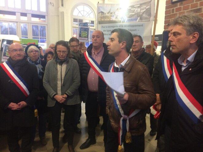 Les députés François Ruffin et Sébatsien Jumel (à droite) prennent la parole avec d'autres élus pour défendre la ligne Abbeville-Le Tréport, le 21 décembre 2017. © MJ