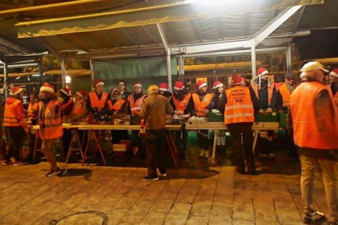 Ligne de distribution alimentaire de rue la nuit du réveillon à Nice © Didier CODANI